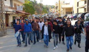 مسيرة للمحتجين في حلبا واقفال مؤسسات ومدارس