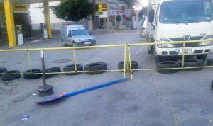 المحتجون قطعوا طريق عام حلبا بالكامل