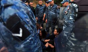 اعتقال المتظاهرين مستمرّ: المحامون يريدون حضور الاستجواب