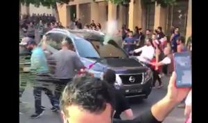 فيديو يكشف: إطلاق النار يكسر زجاج السيارة لا الحجارة!