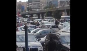 إضراب محطات الوقود مُستمر… وانقطاع السيارات من البنزين! (بالفيديو)