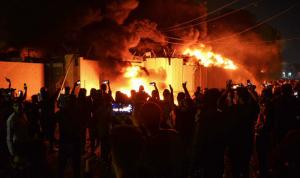 بالفيديو والصور: إحراق قنصلية إيرانية في العراق