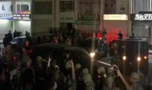 لحظة إخراج مشاركين في إشكال جل الديب من احد المباني (بالفيديو)