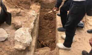 مجهولون تعدوا على مقبرة منجز
