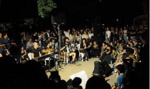 فنّانون مغمورون في ساحة الشهداء …يتظاهرون ويُغنّون الثورة