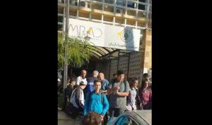 طلاب يتظاهرون أمام كهرباء لبنان وأوجيرو في صيدا (فيديو)