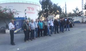 """وقفة احتجاجية لأصحاب محطات الوقود: """"بدنا بالليرة اللبنانية"""""""