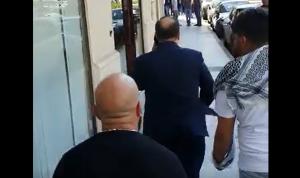 """بالفيديو – متظاهرون لموظف في السراي: """"الطريق مسكر يا حلو"""""""