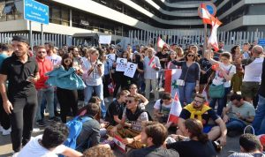 اعتصامات حاشدة امام مؤسسات عامة (فيديو)