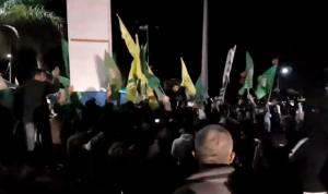"""بالفيديو: مناصرو """"أمل"""" و""""الحزب"""" يهجمون على ساحة صور"""