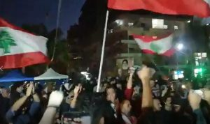 """محتجو صور يهتفون: """"عن هالثورة ما منحيد"""" (فيديو)"""