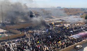 """مؤيدون لـ""""الحشد الشعبي"""" يقتحمون حرم السفارة الأميركية في بغداد (صور وفيديو)"""