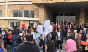 وقفة احتجاجية أمام ثانوية المقاصد: نريد مستحقاتنا!