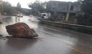 صخرة ضخمة وسط الطريق في قبعيت