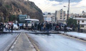 محتجون قطعوا طرقا في طرابلس واعتصموا أمام البلدية