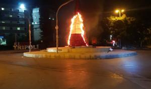 بالصور: إحراق شجرة الميلاد في طرابلس