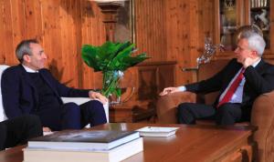 فرنجية عرض المستجدات مع السفير البريطاني