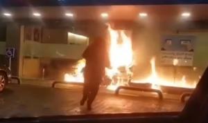 """إلقاء قنابل """"مولوتوف"""" على أحد المصارف في صور (فيديو)"""