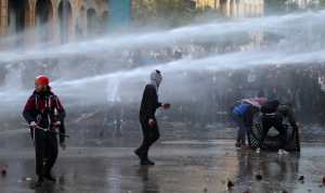 بالفيديو- مواجهات بين المتظاهرين والقوى الامنية في وسط بيروت