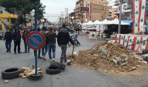 استمرار قطع طريق عام حلبا