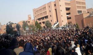 التظاهرات تُشعل إيران لليوم الثالث.. وجرحى برصاص الأمن (بالفيديو)