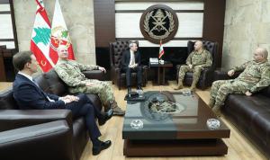 قائد الجيش عرض مع سفير بريطانيا علاقات التعاون بين الجيشين