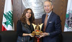هدية من سفير اليابان الى وزيرة الدفاع