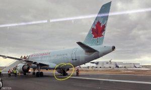 طائرة تفقد إطارها.. لكن قائدها يكمل الرحلة