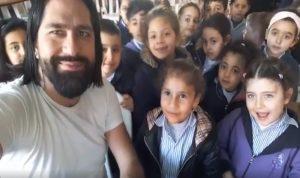 """بالفيديو- طلاب يغنون للكورونا…""""سلموا علينا عن بعيد!"""""""