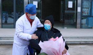 """أكبر ناج من """"كورونا"""" يغادر المستشفى"""