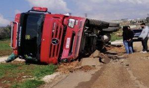 انقلاب شاحنة في إبل السقي بسبب انخساف الطريق