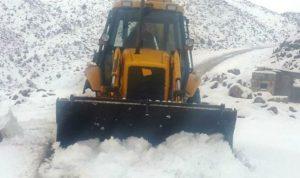 الأشغال باشرت جرف الثلوج لفتح طريق عيناتا الأرز
