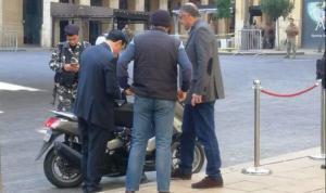 بالفيديو: وزير الأشغال وصل إلى المجلس على متن دراجة نارية