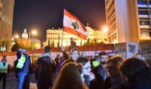 محتجون ازالوا الجدران الاسمنتية مقابل مجلس النواب