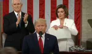 ترامب رفض مصافحة بيلوسي.. فمزّقت خطابه! (بالفيديو)