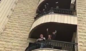 بعد فيديوهات الشرفات… انتبهوا من رذاذ الجيران! (فيديو)