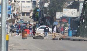 قطع طريق عام حلبا احتجاجًا على توقيف ناشطَين