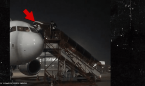 """طياران يهربان من قمرة القيادة بعد """"شائعة"""" عن مصابين بكورونا (فيديو)"""