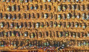 """بالصور: المقابر تفضح كل شيء.. كورونا """"يتوحش"""" في البرازيل"""