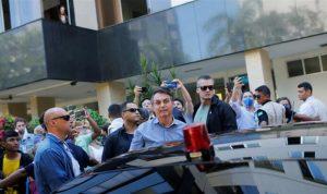 بالصور: الرئيس البرازيلي يزور مستشفى بلا كمامات ويصافح بلا قفازات!