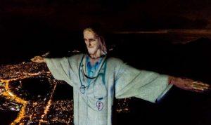 """بالصور: إضاءة تمثال المسيح في ريو دي جانيرو بـ """"زيّ طبيب"""""""