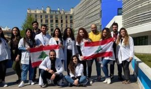 لبنانيون في فريق ديدييه راول يستقبلون ماكرون في مرسيليا (فيديو)