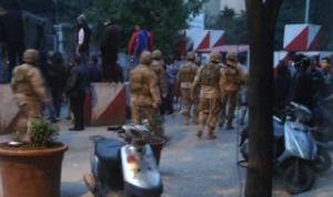 تجمع لعدد من أهالي سجناء القبة أمام مدخل السجن