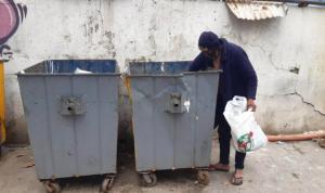 """مشهد غير مألوف في صيدا: """"سبعيني"""" يبحث عن الطعام في القمامة!"""