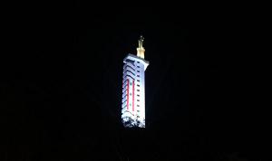 """إضاءة برج سيدة زحلة على نية شفاء لبنان والعالم من """"كورونا"""" (صور وفيديو)"""
