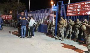 اعتصام أمام معمل دير عمار.. ومحتجون يقطعون طريق المحمرة (صور)