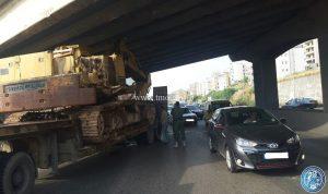 شاحنة محملة بجرافة تصطدم بجسر في خلدة