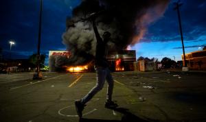 الاشتباكات تحتدم في أميركا وتوجيه تهمة بالقتل لأحد أفراد الشرطة