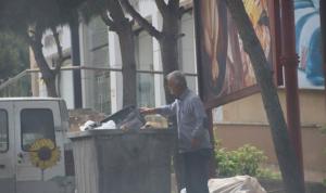 النبطية التزمت التعبئة… وأبو حسن يجمع القُمامة ليعيش