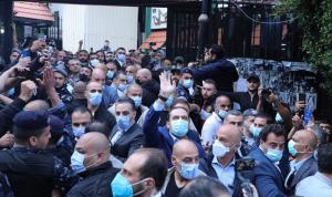 """الحريري ينسف """"إجراءات كورونا"""": يمشي وسط الحشود ويقبّل دريان! (صور)"""